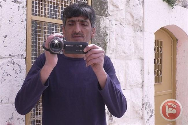 Des colons israéliens attaquent et blessent un activiste palestinien et son fils à Hébron